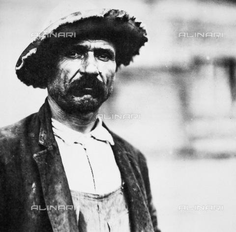 GRC-F-036012-0000 - Un manovale italiano immigrato fotografato a Barge Canal nello stato di New York. Fotografia del 1912 di Lewis Hine - Data dello scatto: 1912 - Granger, NYC /Archivi Alinari