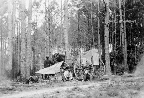 GRC-F-036162-0000 - Guerra civile americana 1861-1865: l'apparecchiatura fotografica utilizzata dal fotografo Mathew B. Brady per documentare il conflitto americano vicino Petersburg in Virginia - Data dello scatto: 1864 - Granger, NYC /Archivi Alinari
