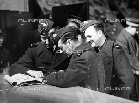 GRC-F-037189-0000 - Re Giorgio VI (1895-1952) alla stazione di comando dei bombardieri, nel dicembre 1940, mentre esamina le mappe con il maresciallo Sir Richard Pierse (a sinistra) e il maresciallo dell'Aeronautica Jack Baldwin - Data dello scatto: 12/1940 - Granger, NYC /Archivi Alinari