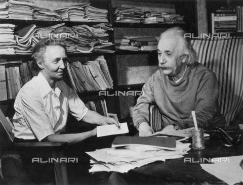 GRC-F-037385-0000 - Gli scienziati Irene Joliot-Curie (1897-1956) e Albert Einstein (1879-1955), nello studio della casa di Einstein a Princeton, nel New Jersey - Granger, NYC /Archivi Alinari