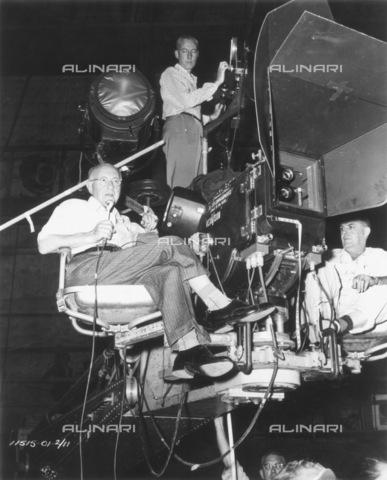 """GRC-F-048448-0000 - Il regista americano Cecil B. DeMille (1881-1959) mentre dirige il film """"The Ten Commandments"""" (I dieci comandamenti) - Data dello scatto: 1956 - Granger, NYC /Archivi Alinari"""