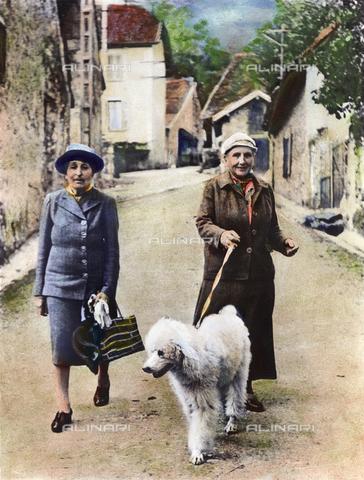 GRC-F-053670-0000 - La scrittrice americana Gertrude Stein (1874-1946) nel sud-est della Francia con la sua compagna, Alice B. Toklas (a sinistra), colori a olio su fotografia - Data dello scatto: 09/1944 - Sarin Images / Granger, NYC /Archivi Alinari