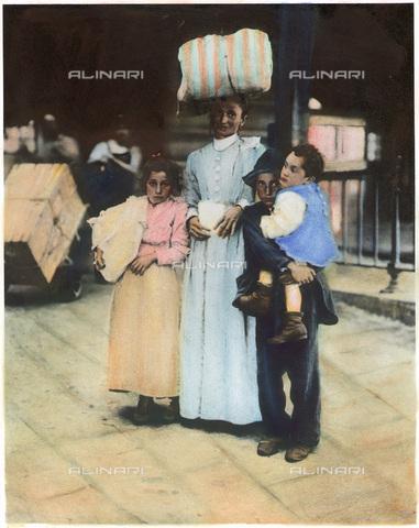 GRC-F-053677-0000 - Immigrazione: una madre italiana con i figli a Ellis Island - Data dello scatto: 1910 ca. - Sarin Images / Granger, NYC /Archivi Alinari
