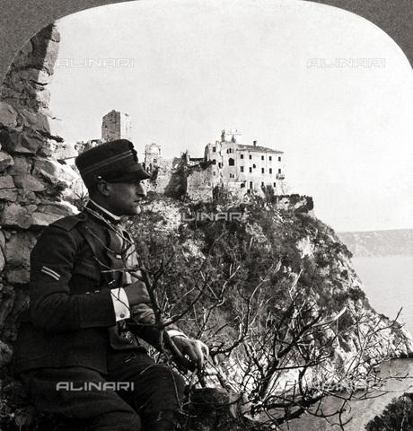 GRC-F-053950-0000 - Prima Guerra Mondiale: un soldato in posa davanti al Castello di Duino sul Golfo di Trieste - Data dello scatto: 1918 - Granger, NYC /Archivi Alinari