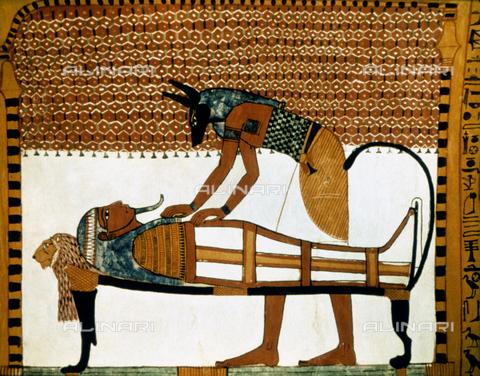 GRC-F-054923-0000 - Il dio Anubi mummifica un cadavere, dipinto nella tomba di Sennedjem a Deir-el-Medina, Arte Egizia della XIX dinastia - Granger, NYC /Archivi Alinari
