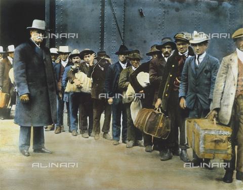 """GRC-F-060025-0000 - Immigrati italiani sbarcati dalla nave """"Principessa Irene"""" a Ellis Island, New York - Data dello scatto: 1900 ca. - Granger, NYC /Archivi Alinari"""