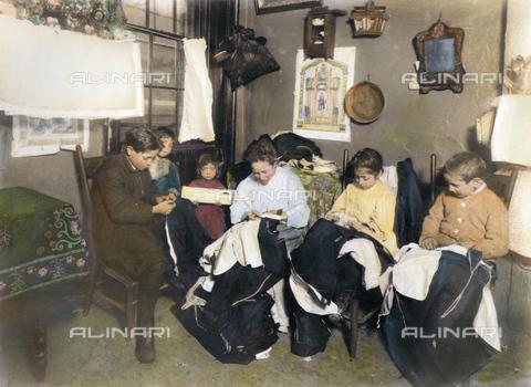 GRC-F-060514-0000 - Immigrati italiani: una donna con bambini cuciono tessuti per abbigliamento - Data dello scatto: 1910 ca. - Granger, NYC /Archivi Alinari