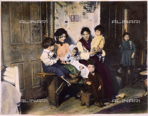 GRC-F-060998-0000 - Una famiglia di immigrati italiani nei bassifondi di Chicago - Data dello scatto: 1910 - Granger, NYC /Archivi Alinari