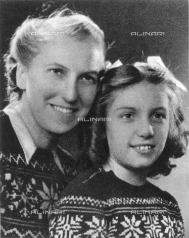 GRC-F-065846-0000 - Marie-Therese Walter (1909-1977), lover and model of Pablo Picasso, with their daughter, Maya - Data dello scatto: 1945 - Granger, NYC/Alinari Archives