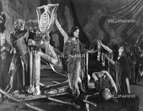 """GRC-F-075080-0000 - Scena del film muto """"The Ten Commandments"""" (I dieci comandamenti) del regista americano Cecil B. DeMille (1881-1959) - Data dello scatto: 1923 - Granger, NYC /Archivi Alinari"""