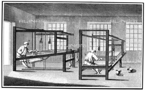 GRC-F-081955-0000 - Operai all'interno di una industria tessile lavorano con i telai a mano; incisione, scuola francese - Granger, NYC /Archivi Alinari