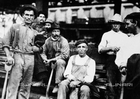 GRC-F-083264-0000 - Immigrazione: un gruppo di operai edili italiani immigrati durante i lavori sulla sesta Avenue per la costruzione della ferrovia a New York City. Fotografia di Lewis Hine del 1910 - Data dello scatto: 1910 ca. - Granger, NYC /Archivi Alinari
