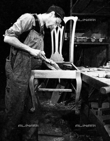 GRC-F-083267-0000 - Immigrazione: Un ebanista italiano immigrato al lavoro. Fotografia di Lewis Hine - Data dello scatto: 1910 ca. - Granger, NYC /Archivi Alinari