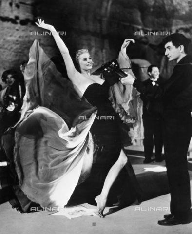 """GRC-F-088162-0000 - L'attrice Anita Ekberg (1931-2015) nei panni di Sylvia durante le riprese del film """"La Dolce Vita"""" di Federico Fellini del 1960 - Data dello scatto: 1960 - Granger, NYC /Archivi Alinari"""