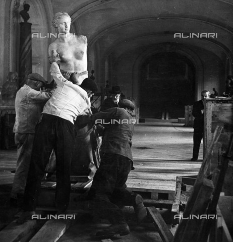GRC-F-096378-0000 - Alcuni operai spostano in un luogo sicuro la Venere di Milo del Museo del Louvre dopo lo scoppio della seconda guerra mondiale - Data dello scatto: 09/1939 - Granger, NYC /Archivi Alinari