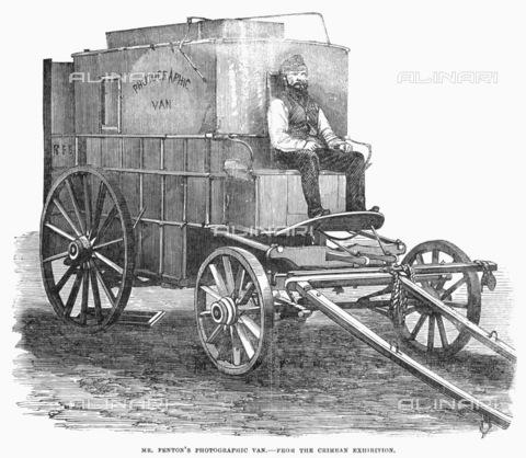 GRC-F-097027-0000 - Incisione raffigurante la camera oscura su ruote progettata dal fotografo Roger Fenton, utilizzata per documentare la Guerra di Crimea tra il 1853 e il 1856 - Granger, NYC /Archivi Alinari
