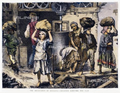 GRC-F-103045-0000 - Lavoratori minorenni che trasportano argilla in una fornace inglese, incisione, Arte inglese del XIX sec. - Sarin Images / Granger, NYC /Archivi Alinari