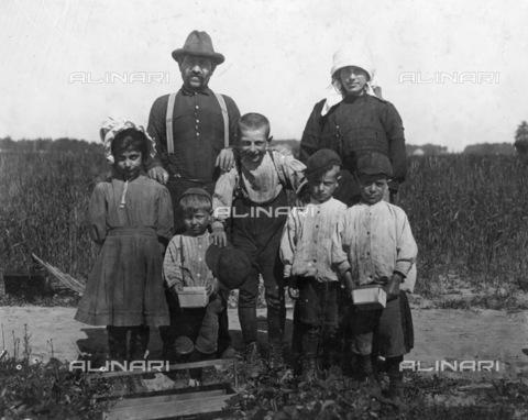 GRC-F-106265-0000 - Una famiglia italiana di agricoltori immigrati, raccoglitori le bacche nella fattoria di Truitt a Cannon, Delaware - Data dello scatto: 05/1910 - Granger, NYC /Archivi Alinari