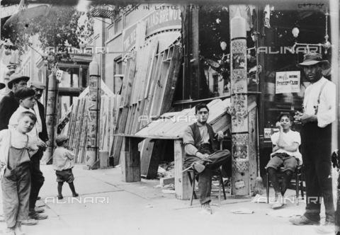 GRC-F-106338-0000 - Uomini e ragazzi  all'esterno di un negozio durante una festa a Little Italy, New York City - Data dello scatto: 1908 - Granger, NYC /Archivi Alinari