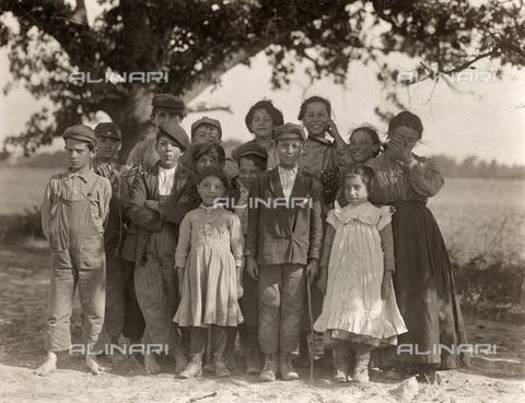 GRC-F-106524-0000 - Immigrati italiani: un gruppo di bambini di Philadelphia, raccoglitori di bacche nella fattoria Giles a Seaford, Delaware - Data dello scatto: 05/1910 - Granger, NYC /Archivi Alinari