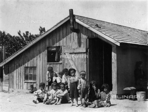 GRC-F-106690-0000 - Bambini di una famiglia italiana di agricoltori immigrati, raccoglitori le bacche nella fattoria Hitchen, Seaford, Delaware - Data dello scatto: 05/1910 - Granger, NYC /Archivi Alinari