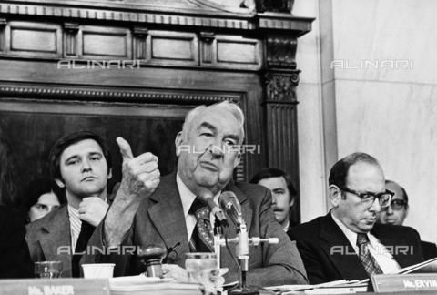 GRC-F-108963-0000 - Scandalo Watergate: il politico Samuel James Ervin Jr (1896-1985), presidente del Senato, fotografato durante la commissione di inchiesta sul Watergate, sulla destra il consulente legale Samuel Dash (destra) - Data dello scatto: 1973 - Granger, NYC /Archivi Alinari