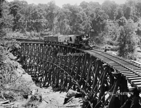 GRC-F-114053-0000 - Viadotto temporaneo della ferrovia dell'Uganda, in costruzione nell'Africa orientale britannica, da Mombasa sull'Oceano Indiano, all'interno del Kenya e dell'Uganda, 1900; sul treno gli operai dell'India orientale - Data dello scatto: 1900 - Granger, NYC /Archivi Alinari
