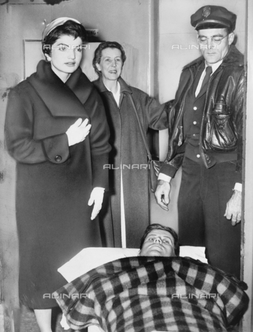 GRC-F-116063-0000 - Senator John F. Kennedy (1917-1963) on a stretcher after a spinal column surgery. Next to him his wife Jacqueline and his mother Rose - Data dello scatto: 21/12/1954 - Granger, NYC/Alinari Archives