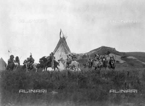 GRC-F-116788-0000 - Uomini nativi americani Sioux a cavallo in cerchio attorno a una tenda prima di un'incursione - Data dello scatto: 1907 ca. - Granger, NYC /Archivi Alinari