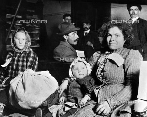GRC-F-117536-0000 - Immigrati italiani con cartellini indicanti la loro destinazione, Ellis Island, New York - Data dello scatto: 1910 ca. - Granger, NYC /Archivi Alinari