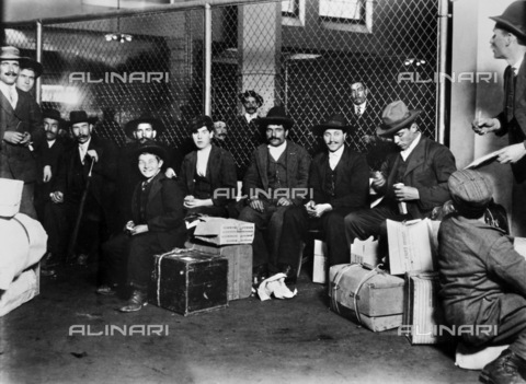 GRC-F-117556-0000 - Immigrati italiani a Ellis Island, New York - Data dello scatto: 1905 - Granger, NYC /Archivi Alinari