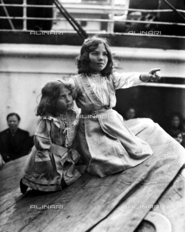 GRC-F-117582-0000 - Due giovani ragazze immigrate italiane a bordo di un vaporetto destinato all'America - Data dello scatto: 1919 - Granger, NYC /Archivi Alinari