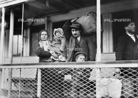 GRC-F-117601-0000 - Una famiglia di immigrati italiani a bordo di un traghetto da Ellis Island a Manhattan, New York City - Data dello scatto: 1905 - Granger, NYC /Archivi Alinari