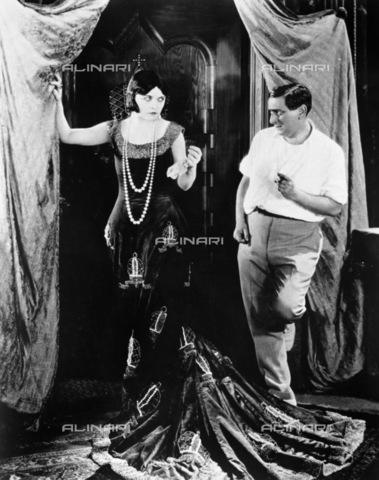 """GRC-F-120877-0000 - L' attrice Pola Negri (1897-1987) e il regista Ernst Lubitsch (1892-1947), durante le proiezioni del film muto """"La zarina (Forbidden Paradise)"""" - Data dello scatto: 1924 - Granger, NYC /Archivi Alinari"""