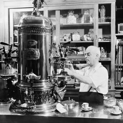 GRC-F-122745-0000 - Immigrazione: barista italoamericano prepara un caffè espresso a MacDougal Street a New York City. Fotografia di Marjory Collins - Data dello scatto: 1942 ca. - Granger, NYC /Archivi Alinari