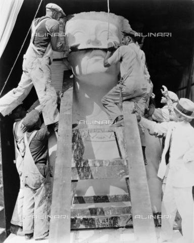 """GRC-F-122841-0000 - Sfinge di gesso utilizzata per una scena del film muto """"I dieci comandamenti (The Ten Commandments)"""", diretto da Cecil B.DeMille per Paramount Pictures - Data dello scatto: 1923 - Granger, NYC /Archivi Alinari"""