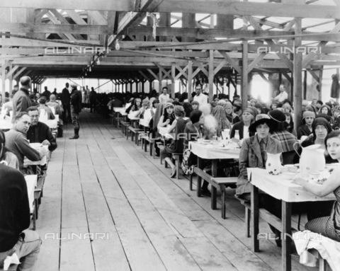 """GRC-F-122842-0000 - Cast e comparse a pranzo negli studi della Paramount durante le riprese del film muto """"I dieci comandamenti  (The Ten Commandments)"""" diretto da Cecil B. DeMille - Data dello scatto: 1923 - Granger, NYC /Archivi Alinari"""
