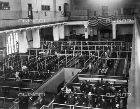 GRC-F-124843-0000 - Immigrati in attesa della loro destinazione nella sala di accoglienza di Ellis Island, New York - Data dello scatto: 1900 ca. - Granger, NYC /Archivi Alinari
