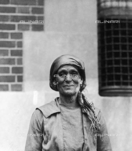 GRC-F-124869-0000 - Immigrazione: anziana italiana fotografata a Ellis Island - Data dello scatto: 1920 - Granger, NYC /Archivi Alinari