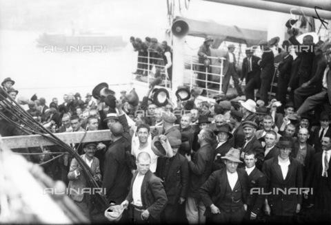 """GRC-F-124879-0000 - Immigrati italiani scendono dal battello """"Conte Rosso"""" per essere accolti nel numero destinato alla città di New York - Data dello scatto: 1923 ca. - Granger, NYC /Archivi Alinari"""