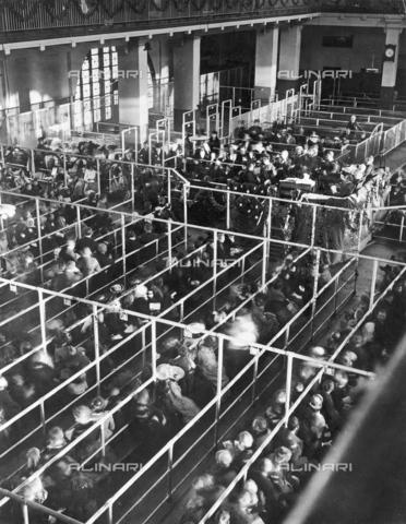 GRC-F-125102-0000 - Immigrati in attesa della loro destinazione nella sala di accoglienza di New York Harbour - Data dello scatto: 12/1906 - Granger, NYC /Archivi Alinari