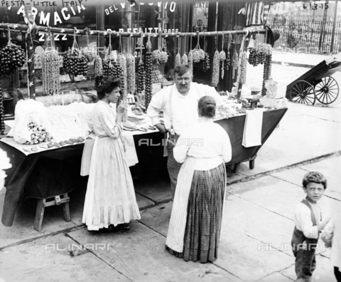 GRC-F-130824-0000 - Bancarella all'esterno di una farmacia italiana a Little Italy, New York City - Data dello scatto: 1905 ca. - Granger, NYC /Archivi Alinari