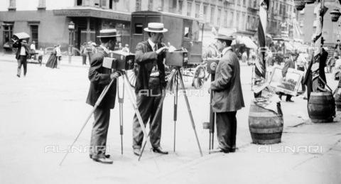 GRC-F-130827-0000 - Tre fotografi di strada con i loro apparecchi fotografici a Little Italy, New York City - Data dello scatto: 1910 ca. - Granger, NYC /Archivi Alinari