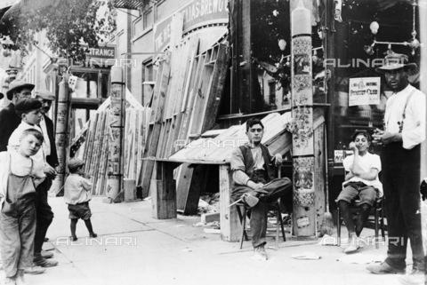 GRC-F-130829-0000 - Uomini e ragazzi  all'esterno di un negozio durante una festa a Little Italy, New York City - Data dello scatto: 1908 - Granger, NYC /Archivi Alinari