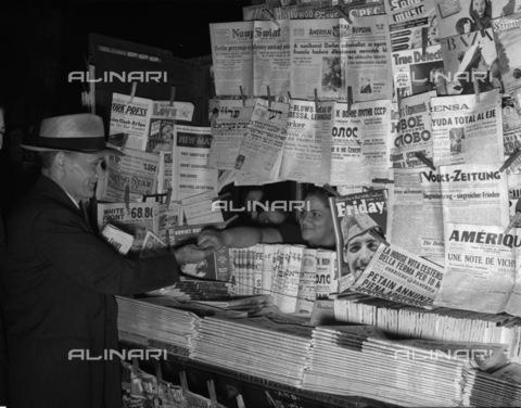 GRC-F-132646-0000 - Immigrazione: giornali in lingua straniera in vendita in un'edicola americana - Data dello scatto: 1941 - Granger, NYC /Archivi Alinari
