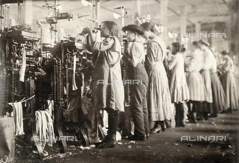 GRC-F-167249-0000 - Giovani operaie lavorano nella fabbrica tessile Loudon Hosiery Mill a Loudon nel Tennessee, fotografia di Lewis Hine del 1910 - Data dello scatto: 12/1910 - Granger, NYC /Archivi Alinari