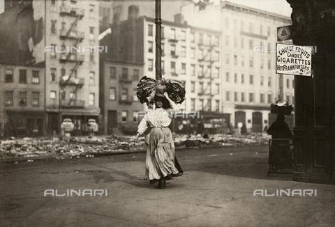 GRC-F-167516-0000 - Donna immigrata italiana che trasporta sulla testa della stoffa, Astor Place, New York - Data dello scatto: 02/1912 - Granger, NYC /Archivi Alinari