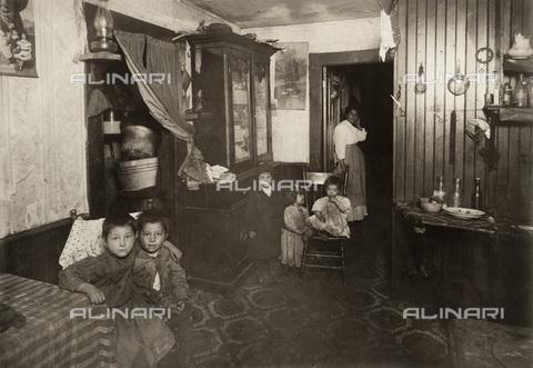 GRC-F-167545-0000 - Una madre italo-americana con i cinque figli nella loro casa di lavoratori tessili a Providence, Rhode Island - Data dello scatto: 1912 - Granger, NYC /Archivi Alinari