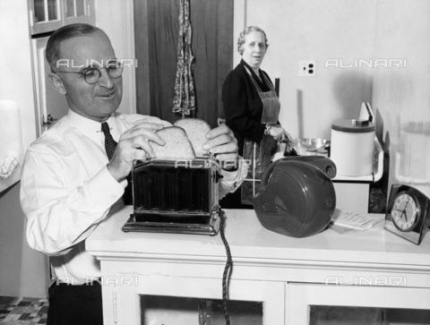 GRC-F-170368-0000 - Il 33° Presidente degli Stati Uniti d'America Harry Truman (1884-1972) fotografato a casa con la moglie Bess - Data dello scatto: 07/1944 - Granger, NYC /Archivi Alinari