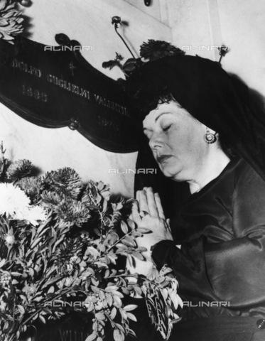 """GRC-F-170503-0000 - Ditra Flame, la misteriosa """"Lady in Black"""", prega durante la visita annuale alla cripta di Rodolfo Valentino (1895-1926) al Hollywood Memorial Park (Hollywood Forever Cemetery), California - Data dello scatto: 23/08/1948 - Granger, NYC /Archivi Alinari"""